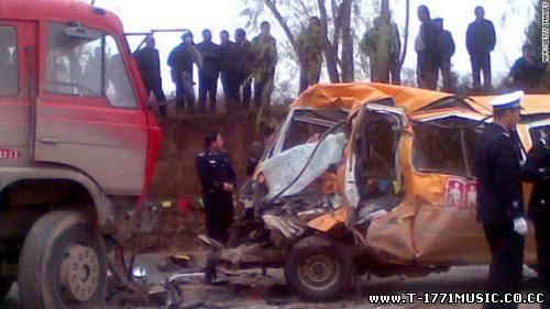 Шар мэдээ::24 зорчигтой автобус, хүн даацын машинтай мөргөлдсөн ноцтой осол гарлаа
